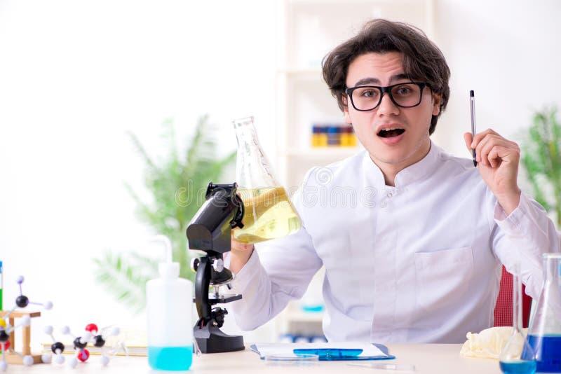 M?ody m?ski biochemik pracuje w lab fotografia stock