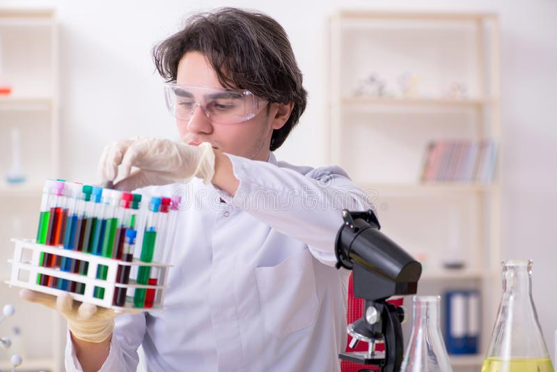 M?ody m?ski biochemik pracuje w lab obraz stock