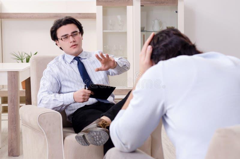 M?ody m?ski pacjent dyskutuje z psychologa osobistym problemem fotografia royalty free