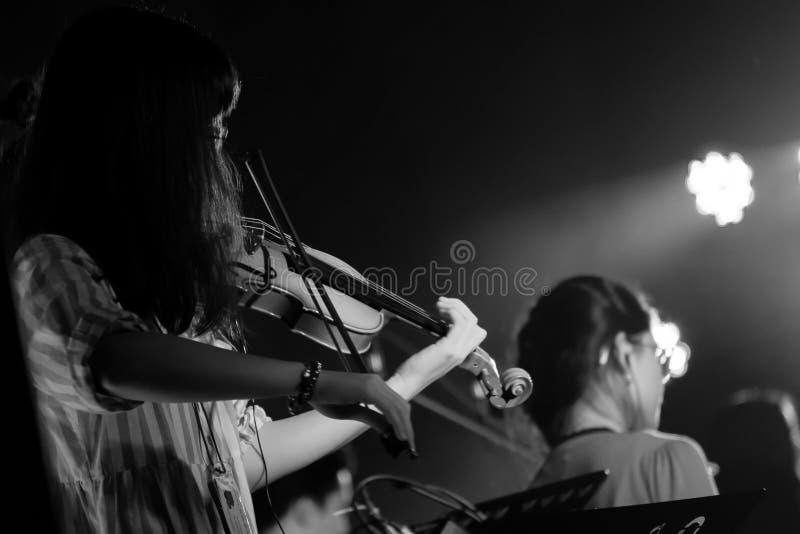 M?ody skrzypaczki dziewczyny wyst?p z Jej Skrzypcowym instrumentem na salowej Koncertowej scenie czarny white fotografia royalty free
