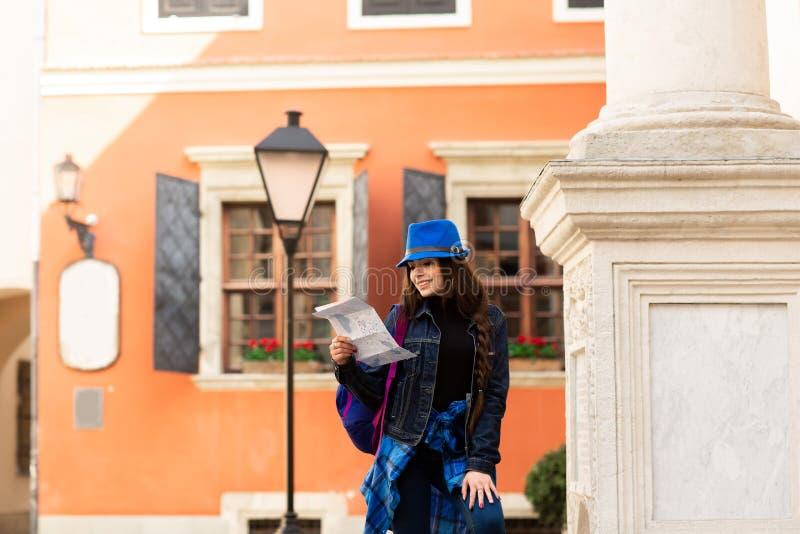 M?ody turystyczny odprowadzenie w starym podw?rzu blisko czerwonej ?ciany w Lviv, Ukraina obraz royalty free