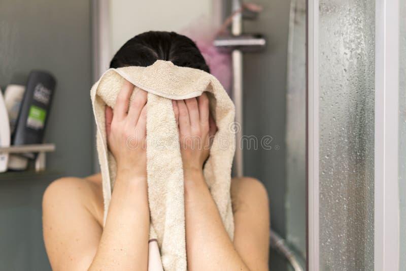 M?odych kobiet wytarcia po prysznic Seksowna kobieta ono wyciera z r?cznikiem po bra? prysznic w domu obraz stock