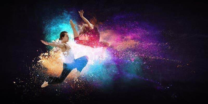 M?odzi nowo?ytni baletniczy tancerze w skoku Mieszani ?rodki zdjęcia stock