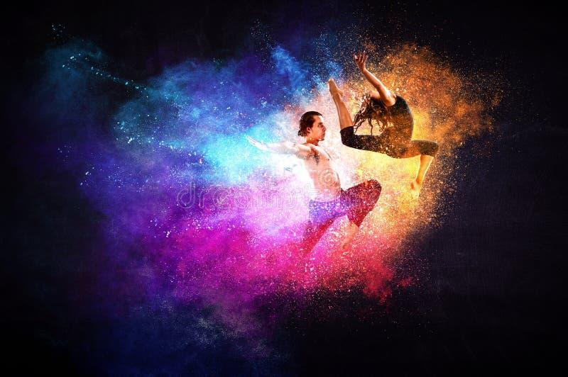 M?odzi nowo?ytni baletniczy tancerze w skoku Mieszani ?rodki fotografia stock