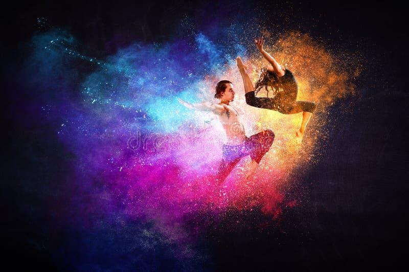 M?odzi nowo?ytni baletniczy tancerze w skoku Mieszani ?rodki fotografia royalty free