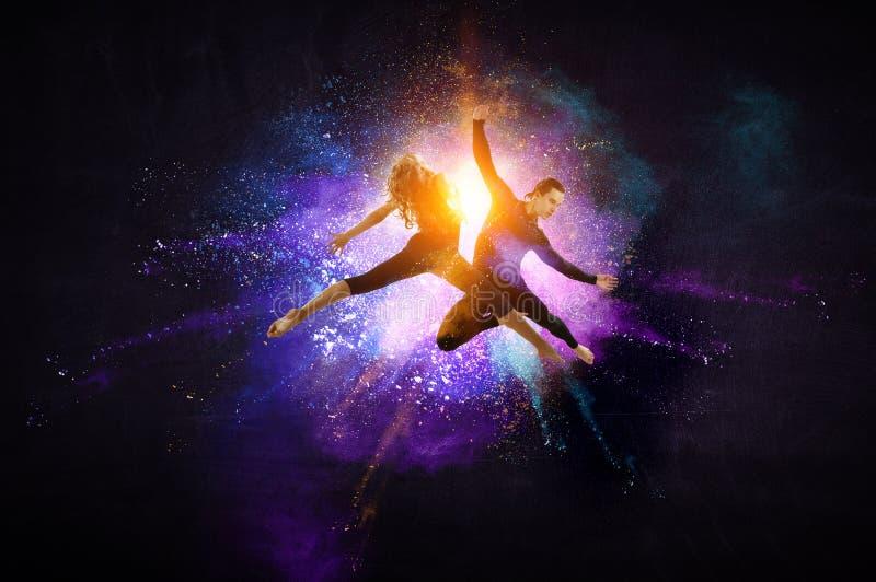 M?odzi nowo?ytni baletniczy tancerze w skoku Mieszani ?rodki zdjęcie royalty free