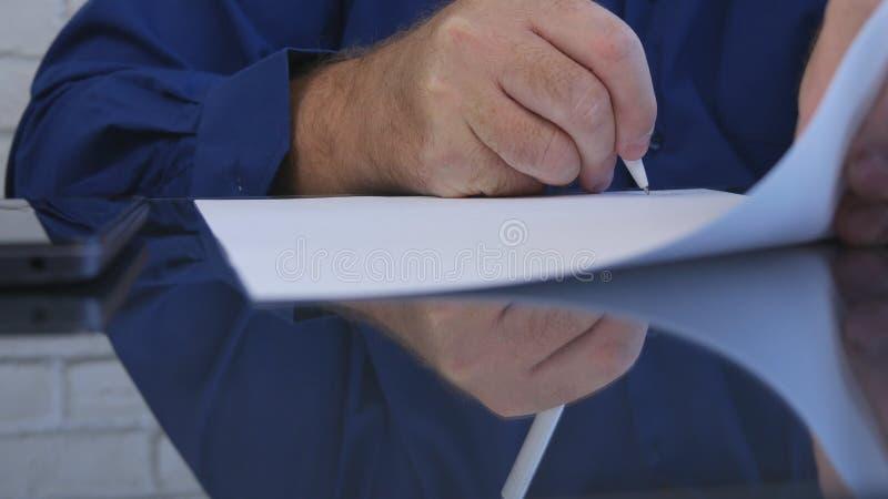 M?os do homem do close up que assinam um contrato no escrit?rio na tabela imagem de stock royalty free