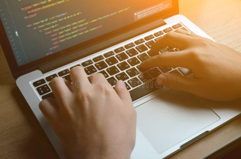 M?os masculinas em um teclado preto Codifica??o europeia em um computador Vista lateral fotografia de stock