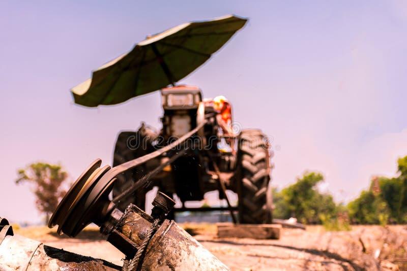 M?quina ascendente cercana para el campo lowing, tractor imagenes de archivo