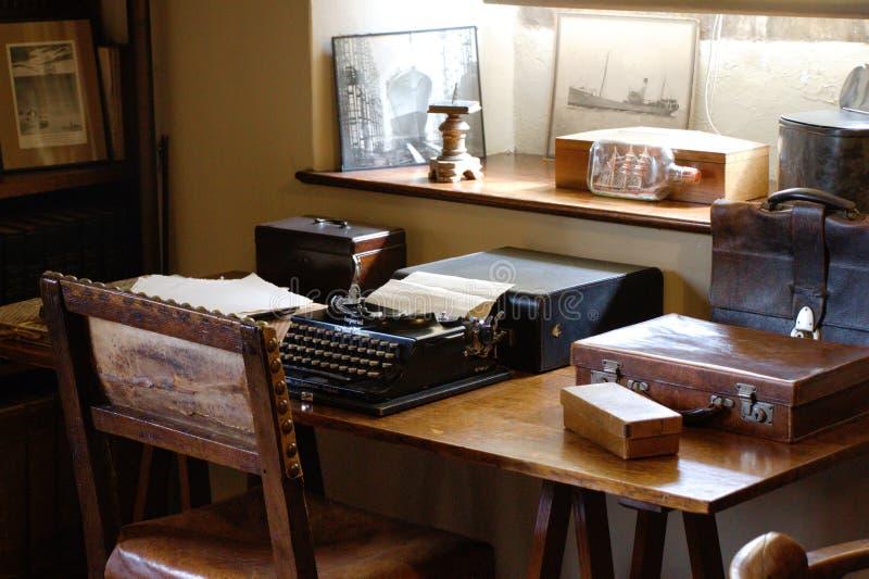 M?quina de escribir antigua en un escritorio Oficina pasada de moda fotos de archivo libres de regalías
