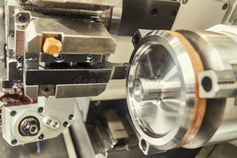M?quina de torneado del CNC en la industria del trabajo del metal Fabricaci?n y el trabajar a m?quina de la precisi?n fotografía de archivo libre de regalías