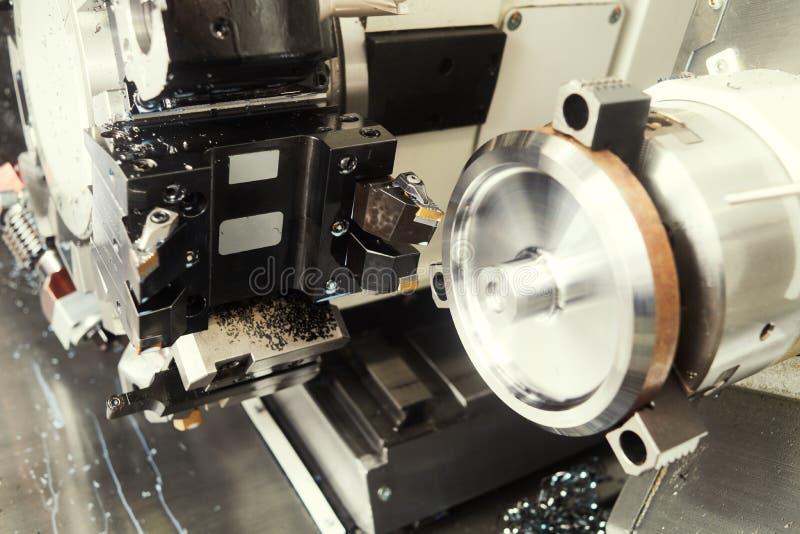M?quina de torneado del CNC en la industria del trabajo del metal Fabricaci?n y el trabajar a m?quina de la precisi?n imagen de archivo libre de regalías