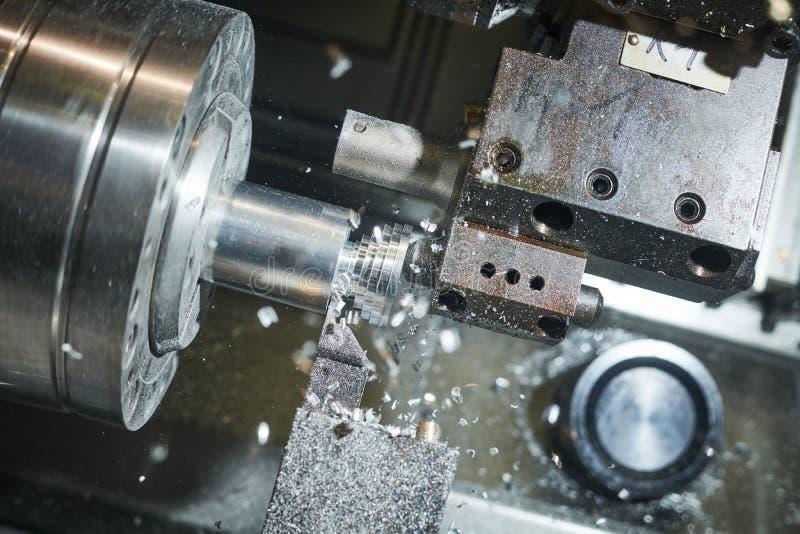 M?quina de torneado del CNC en la industria del trabajo del metal Precisión de Multitool que fabrica y que trabaja a máquina foto de archivo