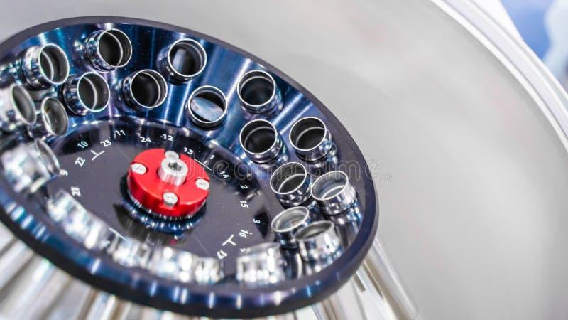 M?quina do centrifugador no laborat?rio fotografia de stock royalty free