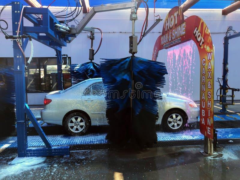 M?quina limpa de Washington do carro, lavagem de carro com esponja e mangueira fotografia de stock