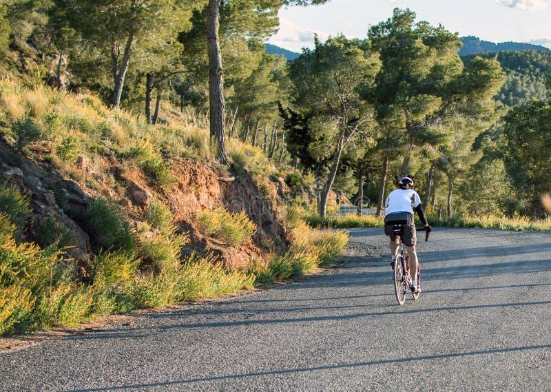 M?rcia, Espanha - 9 de abril de 2019: Pro ciclistas da estrada que resistem uma subida dif?cil da montanha em sua bicicleta fresc fotografia de stock royalty free