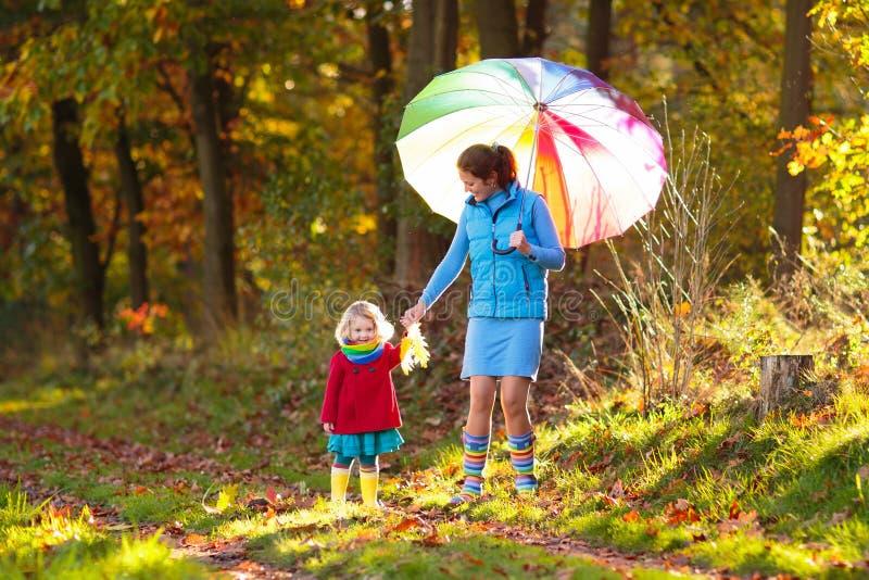 M?re et enfants en parc d'automne Famille sous la pluie photos libres de droits