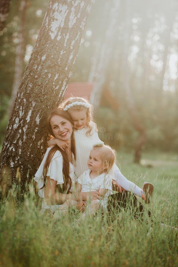 M?re et fille deux heureuses en parc Sc?ne de nature de beaut? avec le mode de vie ext?rieur de famille Famille ensemble photos stock