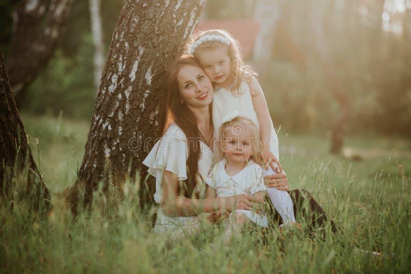 M?re et fille deux heureuses en parc Sc?ne de nature de beaut? avec le mode de vie ext?rieur de famille Famille ensemble photo stock
