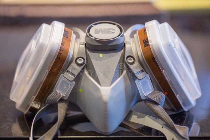 3M respiratormaskering för att måla arkivbild