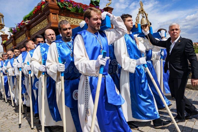 M?rida, Spanien April 2019: Eine Gruppe Träger, nannte Costaleros und trug ein religiöses Floss lizenzfreie stockfotos