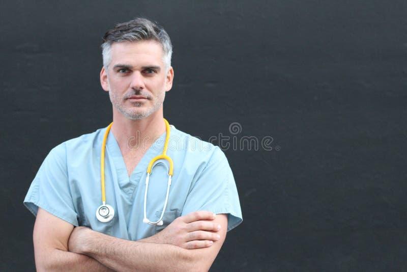 Mûrissez le portrait beau de membre du personnel soignant d'isolement avec des bras croisés image stock