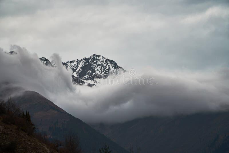 M?rka moln och Kaukasus berg royaltyfri fotografi