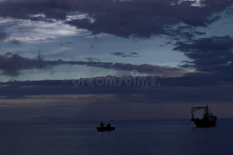M?rker - bl?tt hav och ljus - bl? himmel arkivfoto