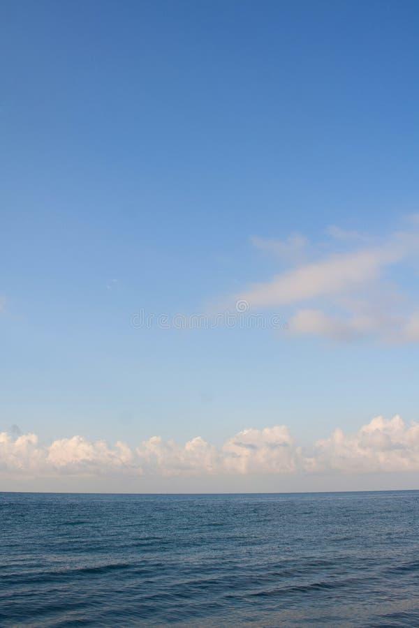 M?rker - bl?tt hav och ljus - bl? himmel med moln royaltyfri foto