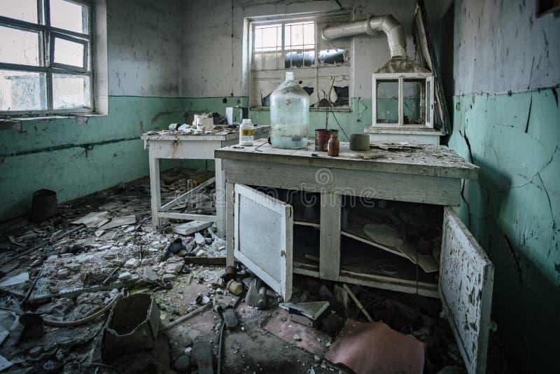 M?rkt kusligt ?vergett kemiskt laboratorium, bruten glasf?rem?l royaltyfri bild