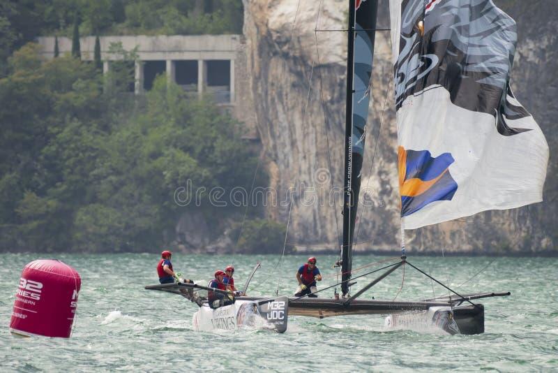 M32 série méditerranéenne, une concurrence rapide de catamaran de navigation images stock