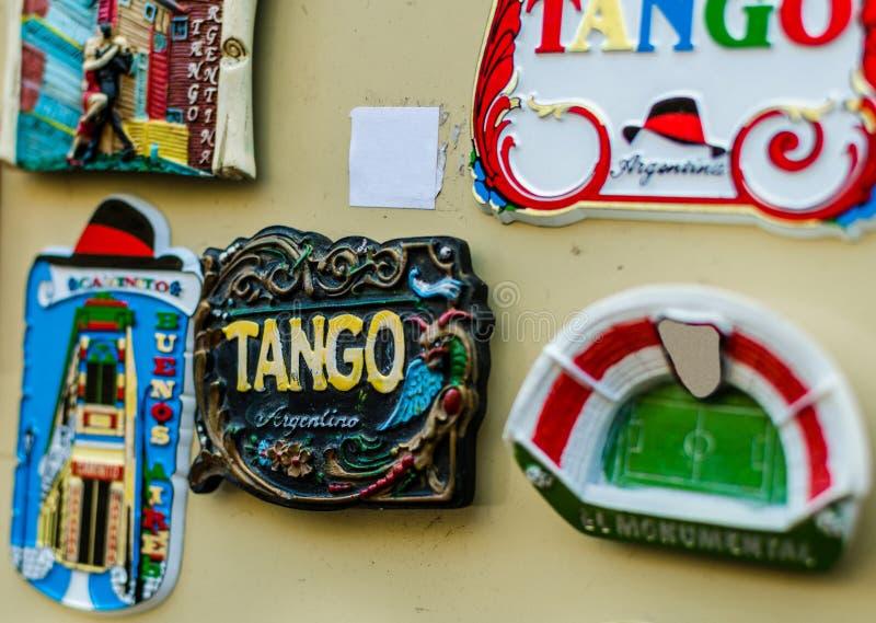 ?m?s do refrigerador com os dan?arinos tradicionais do tango em uma feira do fim de semana em Buenos Aires foto de stock royalty free