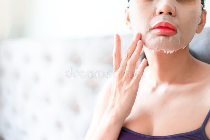 M?scara cosm?tica en mujeres del tratamiento de la cara Belleza y concepto de la moda imagen de archivo