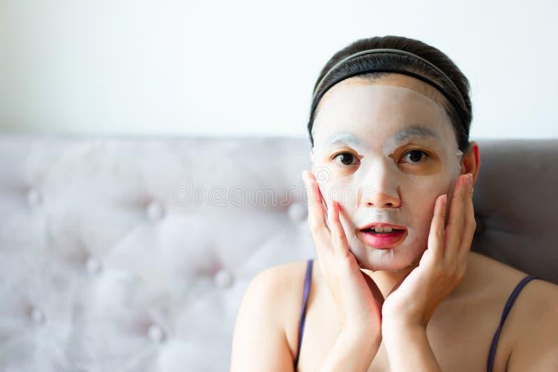 M?scara cosm?tica en mujeres del tratamiento de la cara Belleza y moda imagen de archivo libre de regalías