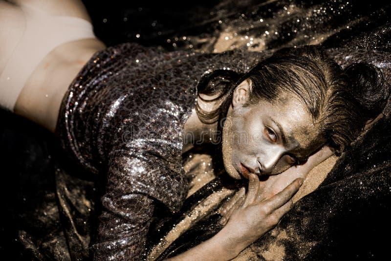 M?scara de oro Se?ora de oro que se relaja Oro puro Vogue y concepto del encanto Piel de oro Arte de cuerpo atractivo del maquill fotografía de archivo