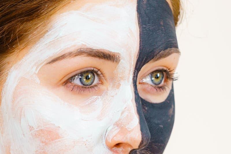 A m?scara do preto da menina na meia cara aplica a lama branca imagem de stock royalty free