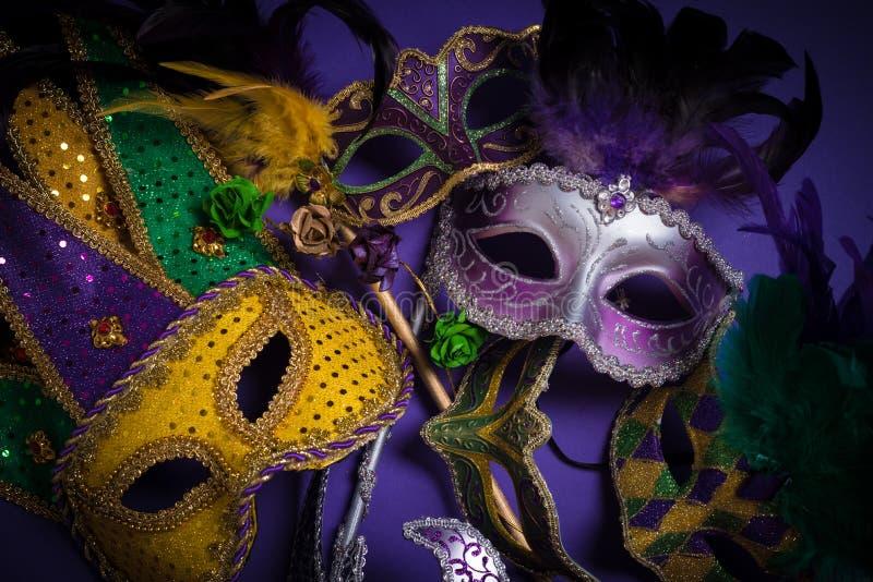 M?scaras de Mardi Gras en un fondo oscuro foto de archivo