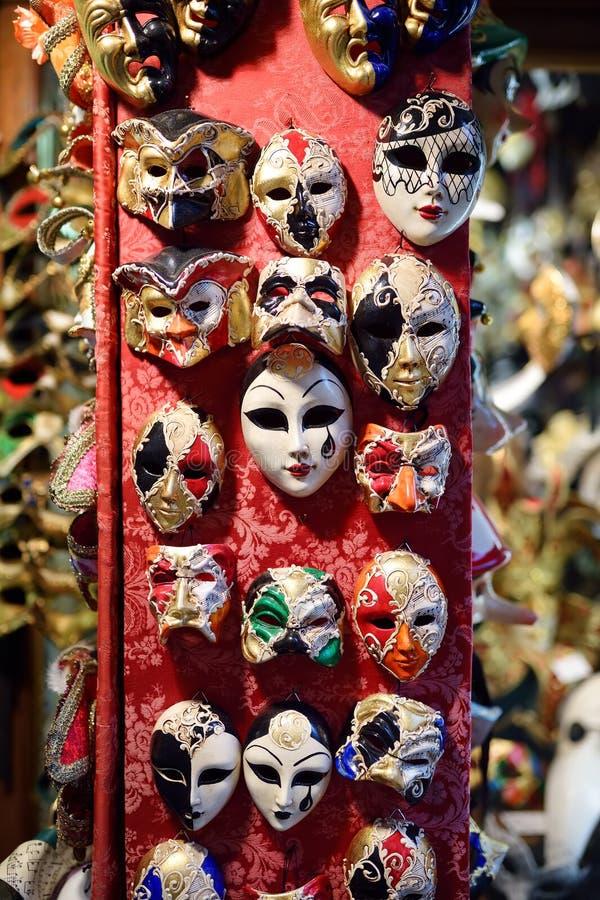 M?scaras vendidas la v?spera del carnaval veneciano famoso Tradición cultural de Venecia, Italia fotos de archivo