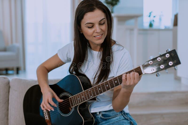M?sica del juego de la muchacha en la guitarra ac?stica retrato del estilo del inconformista de la mujer joven imágenes de archivo libres de regalías