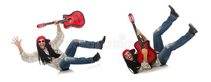 M?sico de sexo masculino con la guitarra aislada en blanco foto de archivo