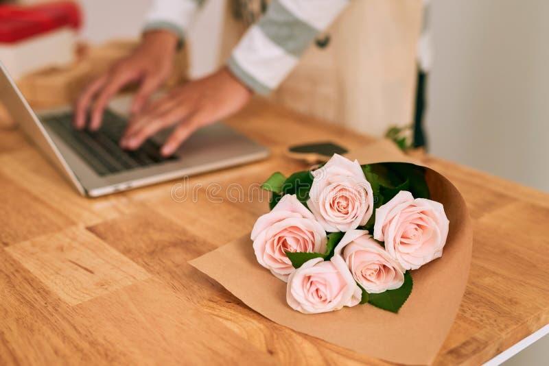 Download Męska Kwiaciarnia Pracuje Z Laprop Przy Miejscem Pracy W Kwiatu Sklepie Zdjęcie Stock - Obraz złożonej z mężczyzna, dekoracje: 106903118