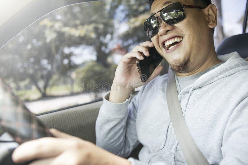 M?ski kierowca Robi wezwaniu Podczas gdy Jad?cy samoch?d zdjęcia royalty free