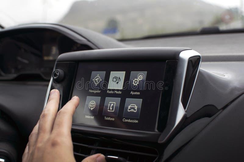 M?ski r?ki macania ekran w nowo?ytnym samochodzie obrazy royalty free