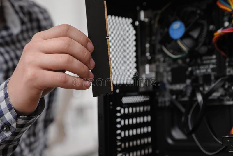 M?ski technik stawia RAM uk?ad scalonego w system jednostk? adaptatoru komputerowej grafiki odizolowywaj?cy remontowy ?rubokr?tu  obrazy stock
