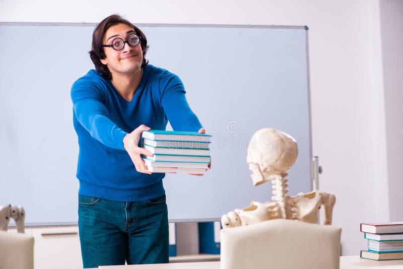 M?skiego nauczyciela i ko?ca ucze? w sali lekcyjnej zdjęcia royalty free