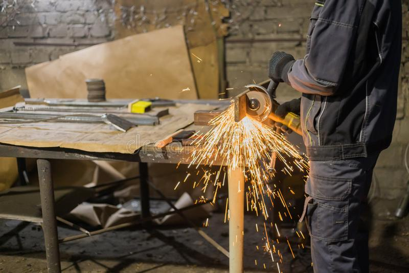 M?tal de sawing de forgeron avec la scie circulaire de main photo libre de droits