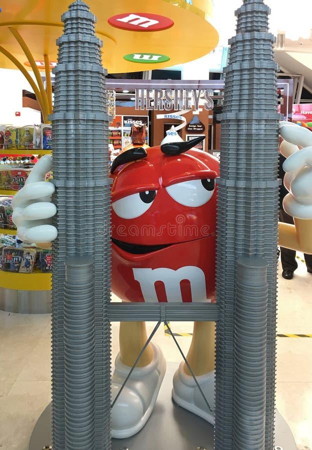 M&M tecken vid Petronas torn, Kuala Lumpur royaltyfria foton