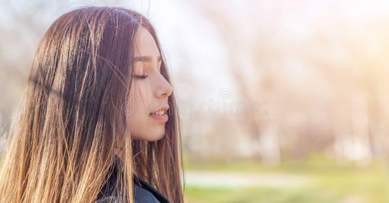 M?tis europ?en asiatique de belle de soleil adolescente heureuse de fille avec le long portrait de cheveux photographie stock libre de droits