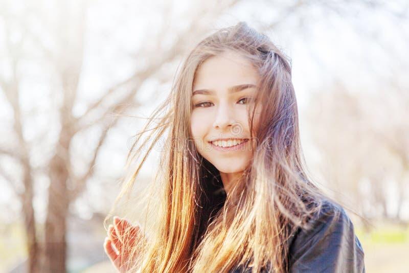 M?tis europ?en asiatique de belle de soleil adolescente heureuse de fille avec le long portrait de cheveux photos libres de droits