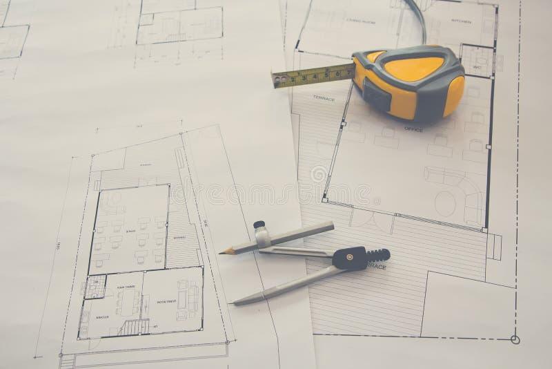 M?tningshj?lpmedel och avdelare eller passare p? ritning, arkitektoniskt begrepp arkivfoton